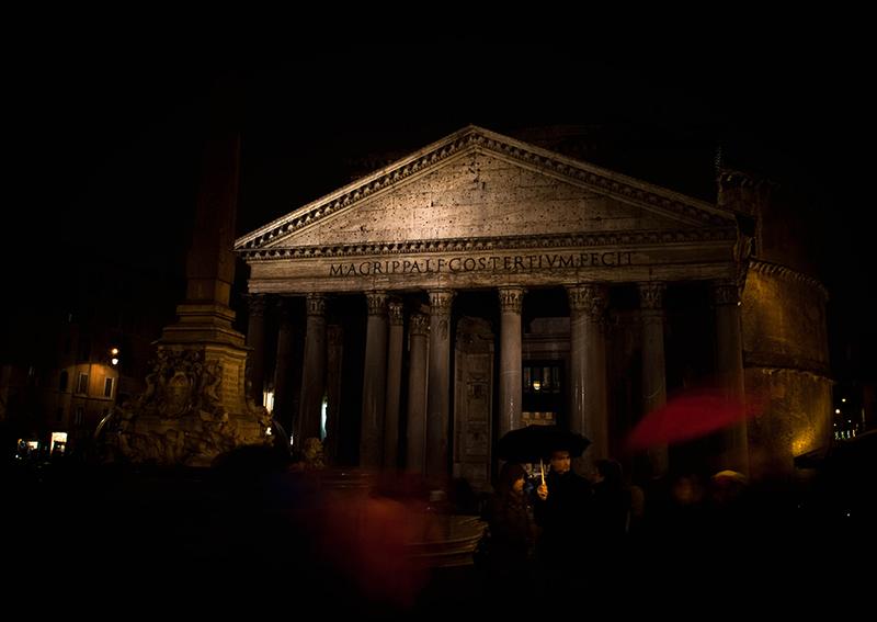 Imagen del Panteón romano o Panteón de Agripa en un día de lluvia